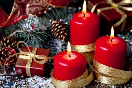Photo pour Décoration de Noël. boules de Noël, boîte cadeau, bougie, ruban et branche de sapin - image libre de droit