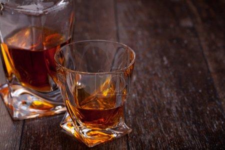 Photo pour Verre de whisky écossais sur une table en bois - image libre de droit