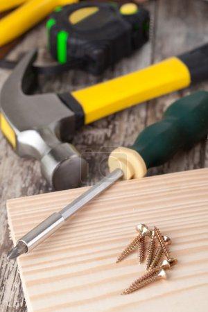 Photo pour Ensemble d'outils dans une boîte à outils sur un fond en bois - image libre de droit