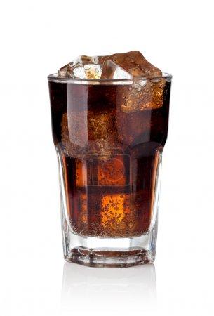 Photo pour Verre de Cola avec des cubes de glace sur un fond blanc - image libre de droit