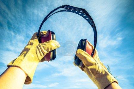 Photo pour Antibruit pour protéger les oreilles des travailleurs - image libre de droit