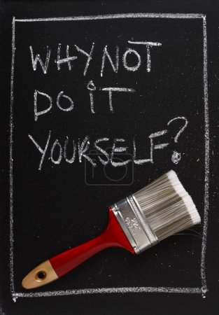 Photo pour Pourquoi ne pas le faire vous-même écrit sur une ardoise utilisée ci-dessus une brosse de peinture rouge comme un concept pour la décoration et de l'autosuffisance. - image libre de droit