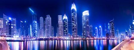 Photo pour Dubai Marina vue de nuit - image libre de droit