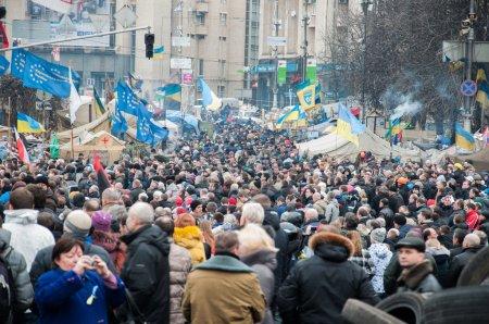 Photo pour Kiev, Ukraine. 22 février 2014. Grève sur la place de l'indépendance à Kiev. Réunion sur le Maidan Nezalezhnosti à Kiev. - image libre de droit