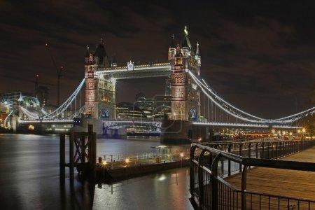 Photo pour Nuit Londres paysage urbain célèbre monument Tower bridge - image libre de droit