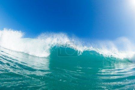 Photo pour Vague bleue de l'océan et ciel bleu ensoleillé - image libre de droit