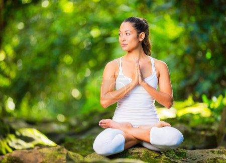 Photo pour Belle femme à pratiquer le Yoga à l'extérieur dans la Nature, mode de vie sain Wellness Concept - image libre de droit