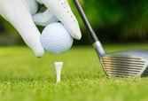 Zblízka pohled golfový míček na odpaliště na golfovém hřišti