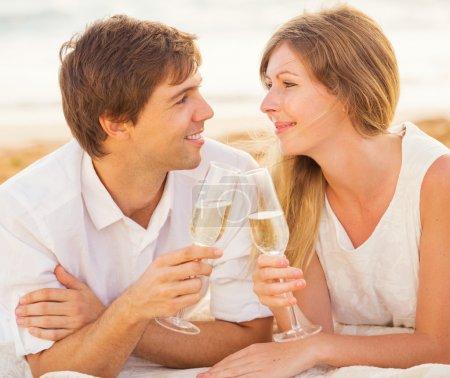 notion de lune de miel, homme et femme amoureuse, verre de cham