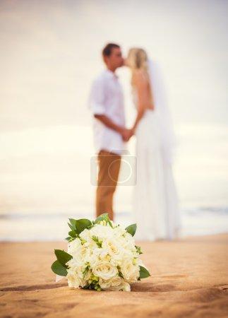 Photo pour Mariée et marié regardant coucher de soleil sur la belle plage tropicale, couple marié romantique - image libre de droit