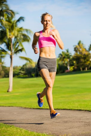 Photo pour Jolie jeune femme jogging sur Park Trail tôt le matin. Mode de vie sain Fitness Running Concept - image libre de droit