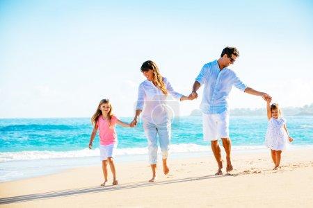Photo pour Famille s'amuser sur la plage - image libre de droit