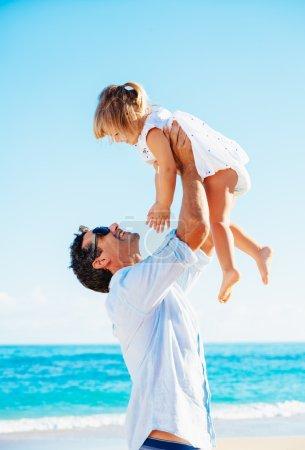 Photo pour Père et fille en bonne santé jouant ensemble à la plage - image libre de droit