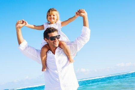 Foto de Saludable padre e hija jugando juntos en la playa - Imagen libre de derechos