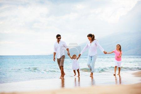 rodzinny spacer po plaży