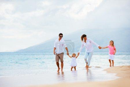 rodzinne zabawy na plaży o zachodzie słońca