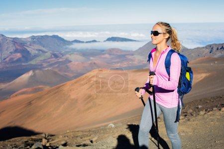 Photo pour Femme randonnée sur beau sentier de montagne. Randonnée et randonnée dans les montagnes. Style de vie sain concept d'aventure extérieure . - image libre de droit