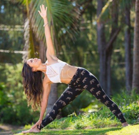 Photo pour Jeune femme pratiquant le yoga à l'extérieur. Mode de vie naturel sain . - image libre de droit