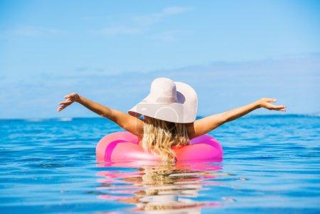 Photo pour Belle fille sexy flottant sur le radeau dans l'océan tropical - image libre de droit