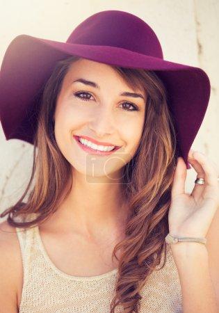 Photo pour Gros plan portrait de mode de jeune belle femme en chapeau - image libre de droit