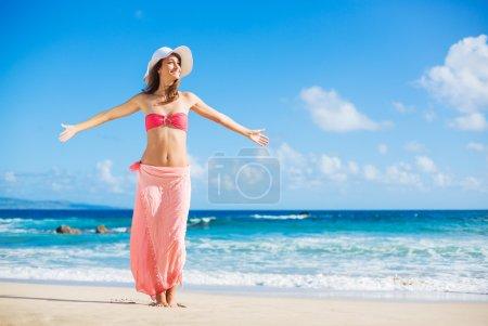 Photo pour Vacances reposantes à la plage. femme heureuse profiter journée ensoleillée à la plage. ouvrir les bras, de liberté, de bonheur et de félicité. - image libre de droit
