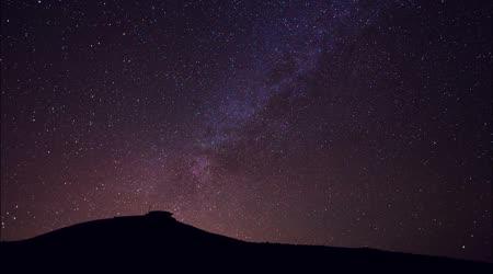 Hvězdy, krásnou noční oblohu nad mountain top, časová prodleva