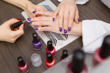 Photo pour Les femmes font manucure dans un salon de beauté - image libre de droit