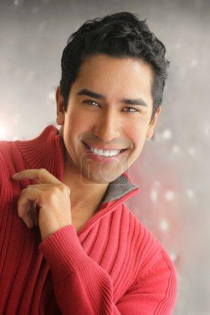 Photo pour Beau jeune homme avec un grand sourire charmant sur fond moderne - image libre de droit