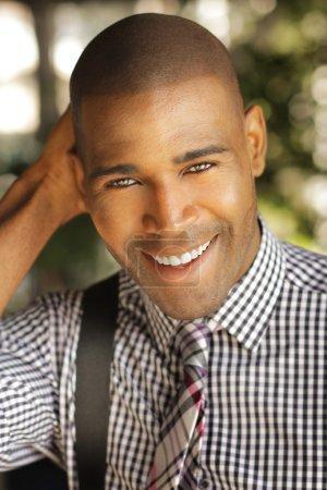 Photo pour Portrait d'un beau jeune homme d'affaires souriant et heureux - image libre de droit