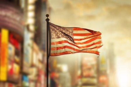 Photo pour Drapeau américain en lambeaux, dans le vent contre la ville de cool floue fond - image libre de droit
