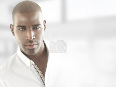 Photo pour Portrait d'un beau modèle masculin confiant avec espace de copie - image libre de droit