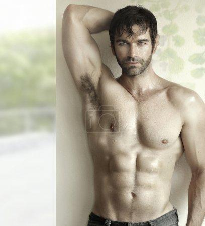 Photo pour Portrait sensuel inspirant d'un modèle de fitness masculin sexy - image libre de droit