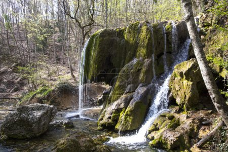 Photo pour Cascade dans les montagnes au printemps - image libre de droit