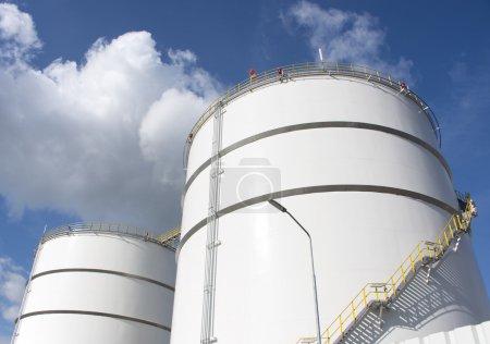 Photo pour Réservoirs de stockage de pétrole dans la raffinerie Pays-Bas zone industrielle d'Europoort près de Rotterdam - image libre de droit