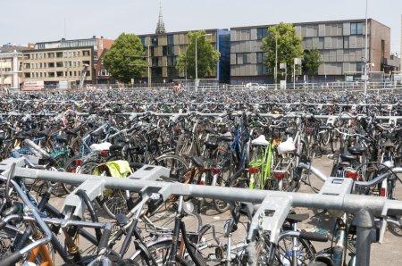 Photo pour Nombreux vélos à la gare de Holland europe - image libre de droit