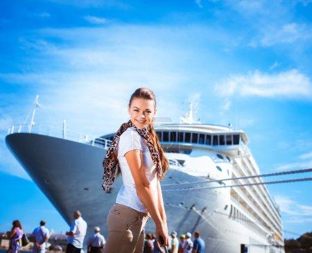 Photo pour Jeune femme prête à voyager sur un bateau de croisière - image libre de droit