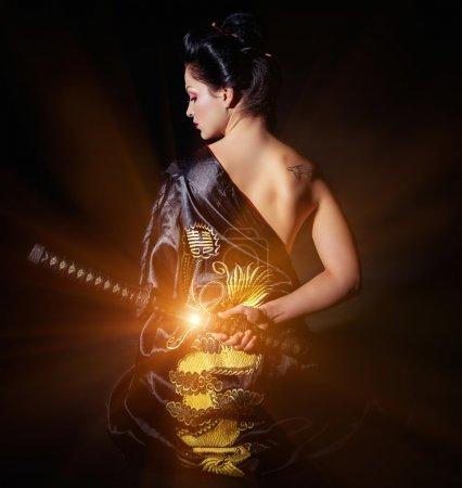 Photo pour Femme avec Japon épée katana en mains - image libre de droit