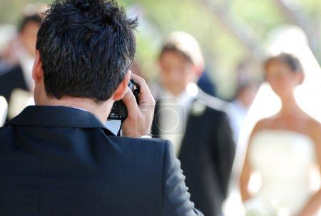 Photo pour Photographe de mariage en action - image libre de droit