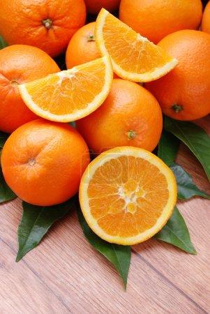 Photo pour Oranges de Sicile sur la table en bois - image libre de droit