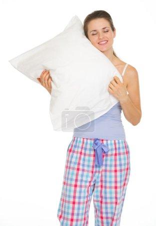 Photo pour Jeune femme en pyjama bénéficiant d'oreiller confortable - image libre de droit