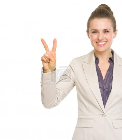 Photo pour Bonne femme d'affaires montrant geste de victoire - image libre de droit