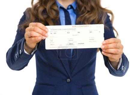 Photo pour Gros plan sur femme d'affaires donnant des billets d'avion - image libre de droit