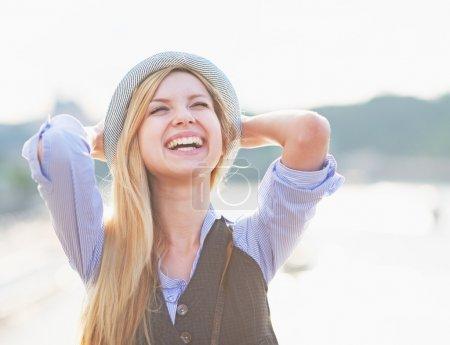 Photo pour Portrait de fille hipster heureux se réjouissant dans la ville - image libre de droit