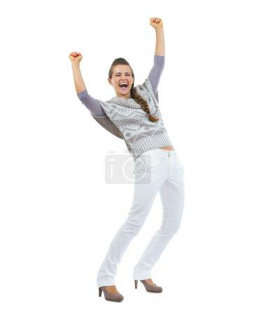 Photo pour Portrait de pleine longueur d'heureuse jeune femme dans le succès de réjouissance pull - image libre de droit