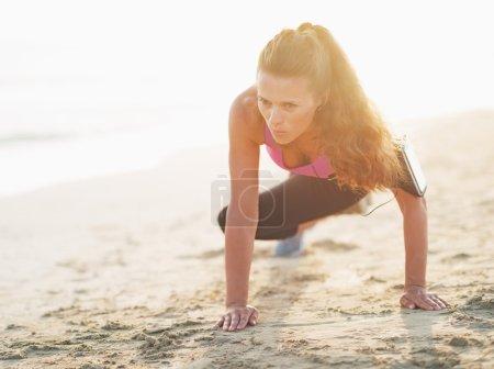 Fitness jeune femme séance d'entraînement sur la plage