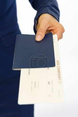 Photo pour Gros plan sur la femme d'affaires qui donne le passeport et billet - image libre de droit