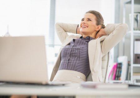 Photo pour Portrait de femme d'affaires détendue au bureau - image libre de droit