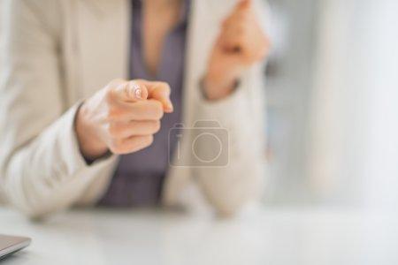 Photo pour Gros plan sur femme d'affaires pointant à la caméra - image libre de droit