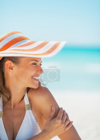 Photo for Portrait of smiling young woman in hat on beach looking on copy space - Royalty Free Image