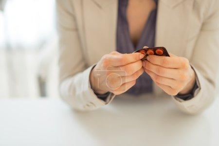 Photo pour Gros plan sur la femme d'affaires prenant la pilule de blister - image libre de droit